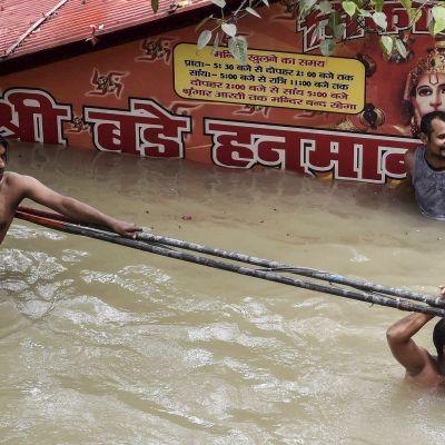 Ihmisiä veden valtaamalla kadulla pyrkii pääsemään eteenpäin.