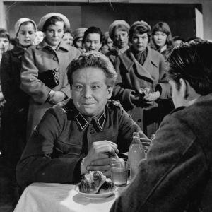 Lasse Pöysti naisjoukon ympäröimänä elokuvassa Sotapojan heilat
