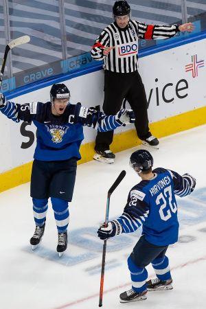 Anton Lundell firar sitt mål tillsammans med Roni Hirvonen.