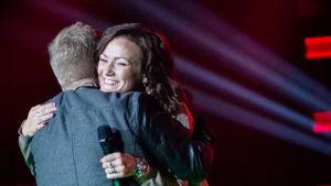 Elna Romberg kramar sin nya mentor Redrama i The Voice of Finland.