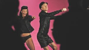 """Malena Holmström och Christoffer Strandberg dansar i studion på inspelning av musikvideo för """"Jag vill ha korv""""."""
