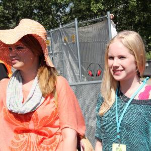 Vilma ja Tuija ulkona. Vilmalla iso hattu.