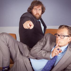 Stan Saanila och André Wickström i sin egen finlandssvenska tv-studio.