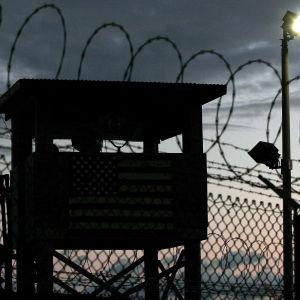 En vakt klättrar upp i ett vakttorn i Guantanamo-lägret på Kuba i februari 2006