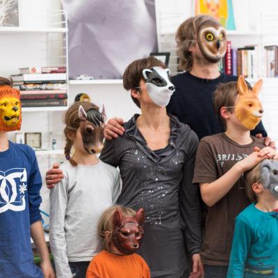 Familjen Ahlmark-Mannila med djurmasker framför ansiktet.