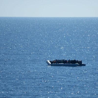 Tysk marin räddar båtflyktingar utanför Libyens kust.
