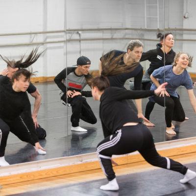 Svenske koreografekn Roine Söderlundh tränar tillsammans med dansare inför konserten Spegling, som äger rum 11.3.2017.