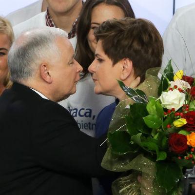 Ordförande för Lag och rättvisa Jaroslaw Kaczynski och partiets premiärministerkandidat Beata Szydlo.
