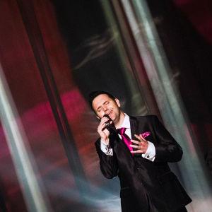 Rami Rafael laulaa Finaalin karsinnassa.