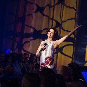 Tiina Pitkänen laulaa finaalin karsinnassa.