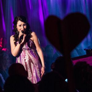 Nina Åkerman laulaa Finaalin tangomarkkinoilla.