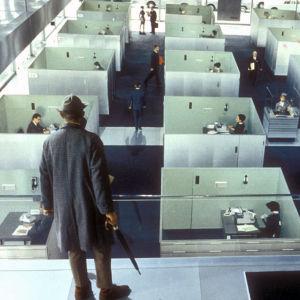 Herra Hulot (Jacques Tati) tarkastelee modernia maisemaa. Kuva elokuvasta Playtime (1967).