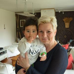 Petra Mannström och sonen Gabriel, 11 månader