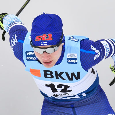 Lauri Vuorinen skidar.