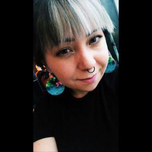 Porträtt på leende tjej.