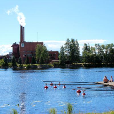UPM Joensuun vaneritehdas Pielisjoen toiselta puolelta kuvattuna.