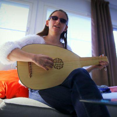 Ronja Oja harrastaa renessanssiluutun soittamista.