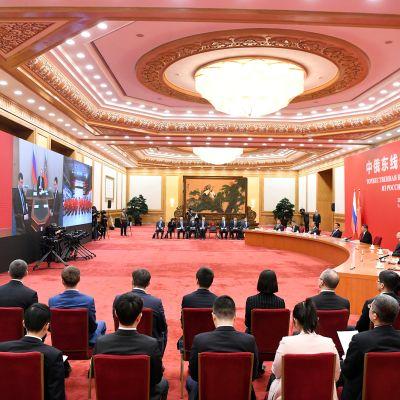 Presidentit Xi Jinping ja Vladimir Putin pitivät videokokouksen maanantaina.