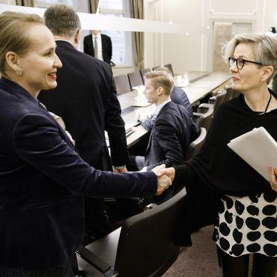 Minna Helle ja Vuokko Piekkala kättelevät valtakunnansovittelijan toimistolla.