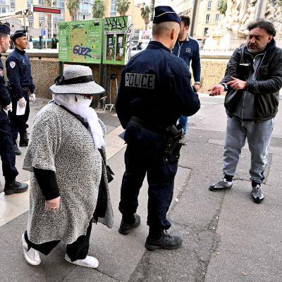 Ranskalaiset poliisit partioivat ja valvovat ulkonaliikkumiskieltoa Marseillessa.