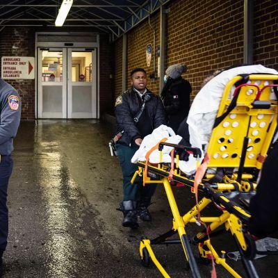 Ensiavun hoitajat siirtävät potilasta sairaalan ensiapuun New Yorkin Bronxissa.