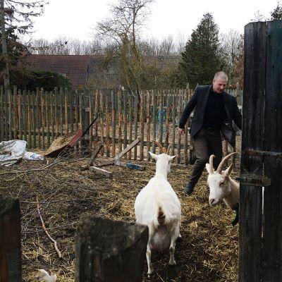 Äärioikeistolainen taustavaikuttaja Götz Kubitschek asuu lähes omavaraisella maatilalla Schnellrodan kylässä itäisessä Saksassa.  Tilalla kasvatetaan muun muassa vuohia.