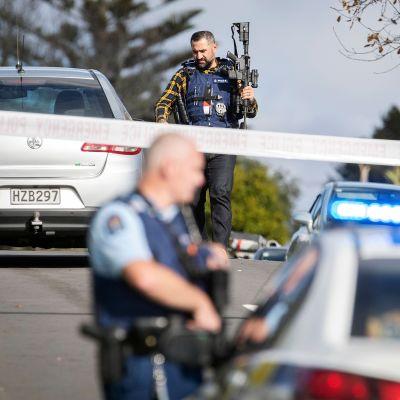 Kuvassa on uusiseelantilaisia poliiseja.