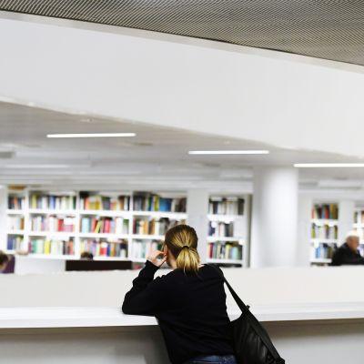 Opiskelija Helsingin yliopiston pääkirjastossa Kaisa-talossa Helsingissä 18. joulukuuta 2019