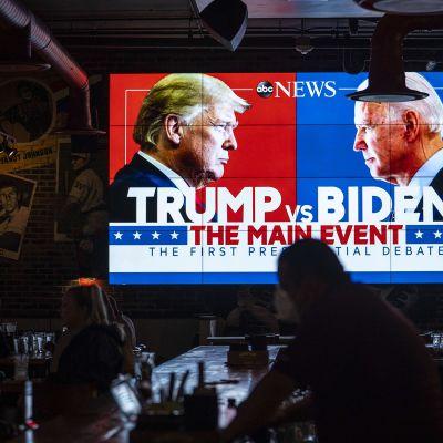 Kuvassa on ruutu, jossa näkyvät Donald Trump ja Joe Biden.