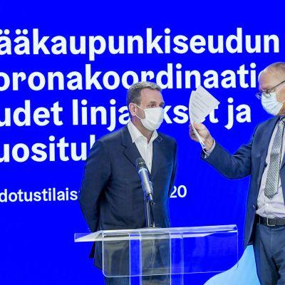 Jan Vapaavuori ja Juha Tuominen pääkaupunkiseudun koronakoordinaatioryhmän uusia linjauksia ja suosituksia koskevassa tiedotustilaisuudessa Helsingissä.