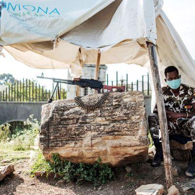 Poliisi istuu tarkastuspisteellä Etiopian pohjois-osassa Tigrayn alueella.