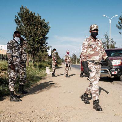 Tigrayn poliisi tarkastuspisteellä Etiopian pohjois-osassa Tigrayn alueella.