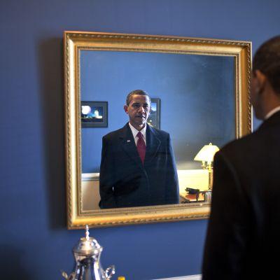 Barac Obama katsoo peiliin hetkeä ennen kuin valan vannomista 2009.