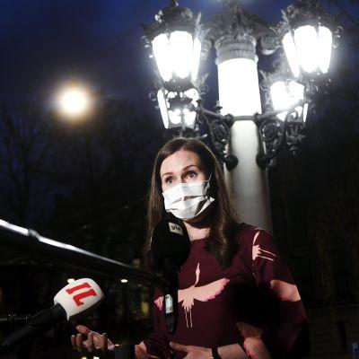 Pääministeri Sanna Marin puhui tiedotusvälineille saavuttuaan hallituksen iltakouluun Säätytalolle Helsingissä 4. marraskuuta 2020.