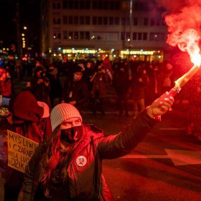 Puolassa osoitettiin mieltä punaisten soihtujen kanssa 9. marraskuuta.