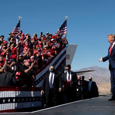 Presidentti Donald Trump vaalitilaisuudessa Arizonassa.