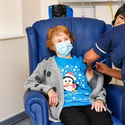 Margaret Keenan saa koronavirusrokotuksen Coventryn sairaalassa.