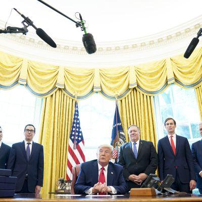 Donald Trump puhuu tiedotustilaisuudessa Valkoisessa talossa.