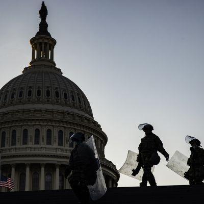 Siluettikuvassa on Kansalliskaarti Capitolilla.