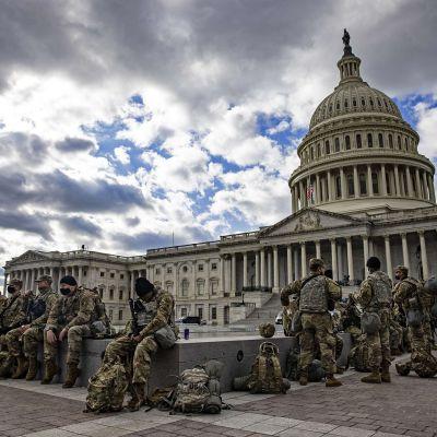Kansalliskaartin sotilaita Yhdysvaltain kongressitalon edessä Washingtonissa.