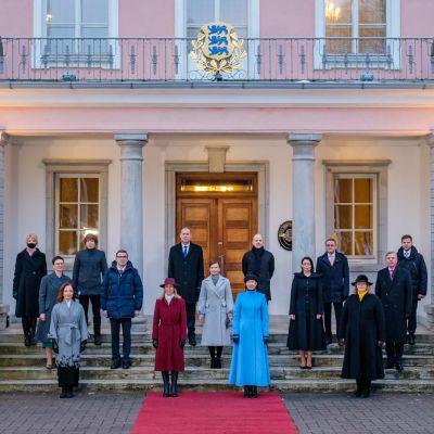 Viron uusi hallitus ryhmäkuvassa.
