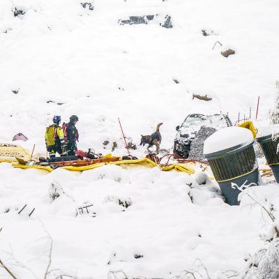 Pelastustyöntekijät etsivät maanvyöryn uhreja Gjerdrumissa.