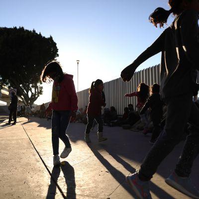 Lapset leikkivät Meksikon ja Yhdysvaltain rajalla.