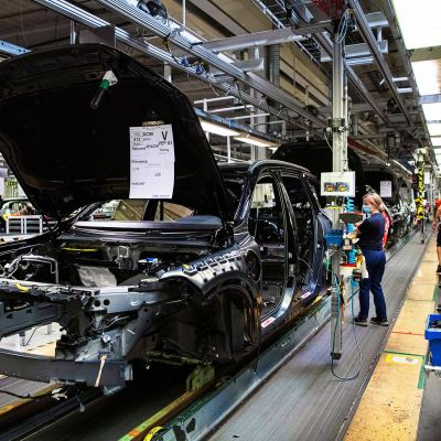 Työntekijä Volvon Torslandan tehtaan liukuhihnalla.