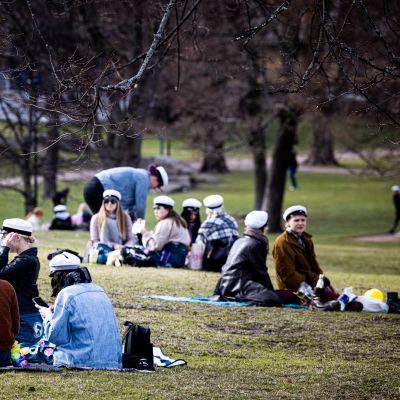 Opiskelijoita Kaivopuistossa.