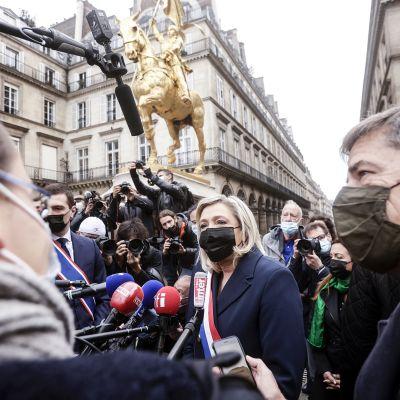 Marine Le Pen median keskellä.