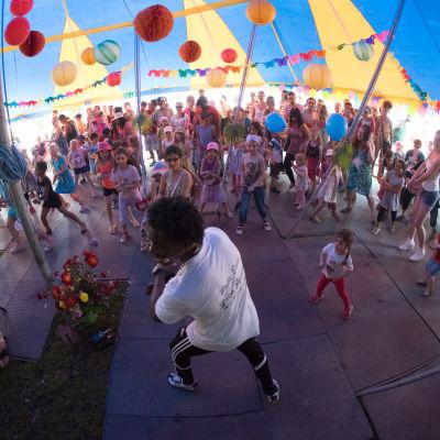 Lapset tanssivat Maailma kylässä -festivaaleilla 2014