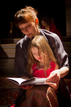 Milena Parland läser sagor ur När månen skrattade för Elisaveta Tetti