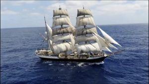 Segelfartyg med 2 mastar i blått hav fotat med drönare