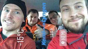 Fyra manliga bergsklättrare sitter i en bild och tittar in i kameran.